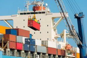 Transport Morski. Statek towarowy załadowywany w porcie początkowym.