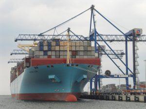 Transport Morski. Statek kontenerowy armatora Maersk w trakcie przeładunku w DCT Gdańsk.