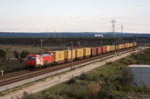 Przewóz kontenerów morskich po lądzie odbywający się z wykorzystaniem pociągu towarowego. Pociąg składa się z jednostki napędowej i wagonów przystosowanych do przewozu kontenerów morskich.